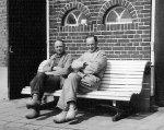 Bats en Jan samen op het bankje in de zon - 23-april 1965